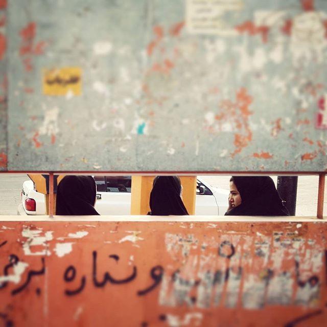 Tymczasem w #Shushtar. Taka tam #ulica.Meanwhile in #shushtar #iran.Just a #girls waiting for the #bus. :)