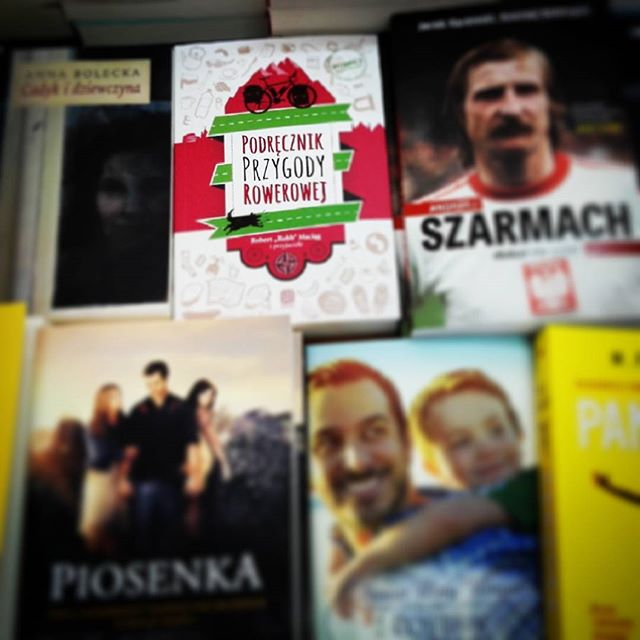 Czasem zaglądam do księgarni i szukam #podrecznikprzygodyrowerowej ...Tym razem upolowałem w Olecku i ... musiałem pani w księgarni zapozować do fotki ;)#rowery #rower #ksiazka