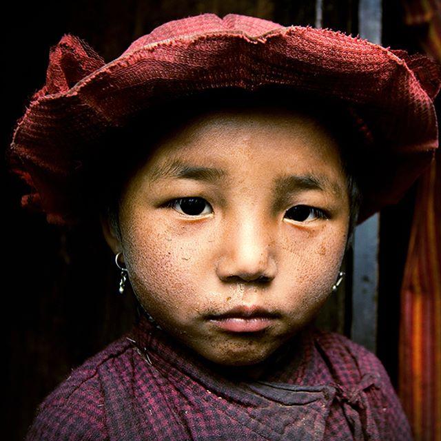I love to look at my old #photographs and add the years passed to the #faces of the #people I met.#nepal #girl #tibet #red ***Uwielbiam patrzeć na moje stare fotografie i dodać lata które minęły ludziom których poznałem ... #nepal #tybet #annapurna #dziewczynka #czerwony #kapelusz